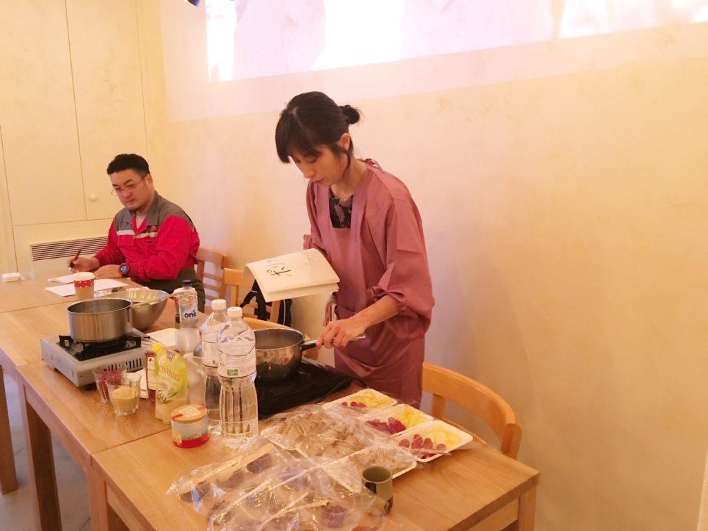 小豆のアトリエで、あんこづくりの実演をしてくださっている森田農場の、森田里絵さんです。試食の用意をしてくださっている風景です。