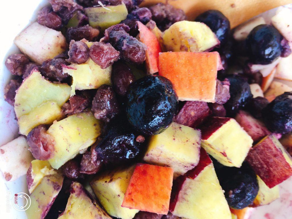 ポリフェノールたっぷりサラダ。さつま芋も、りんごも、赤い皮をむかないのがポイントです。