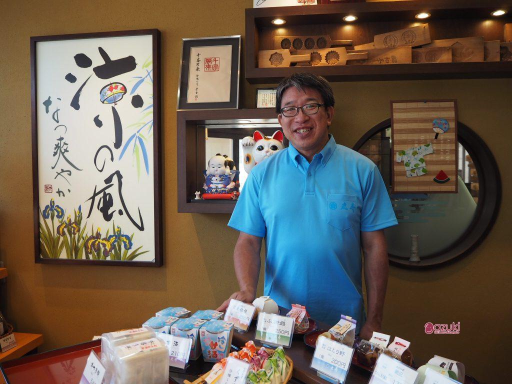 品物を、店内に入ってから選ぶタイプの店がまえの丸寿さん