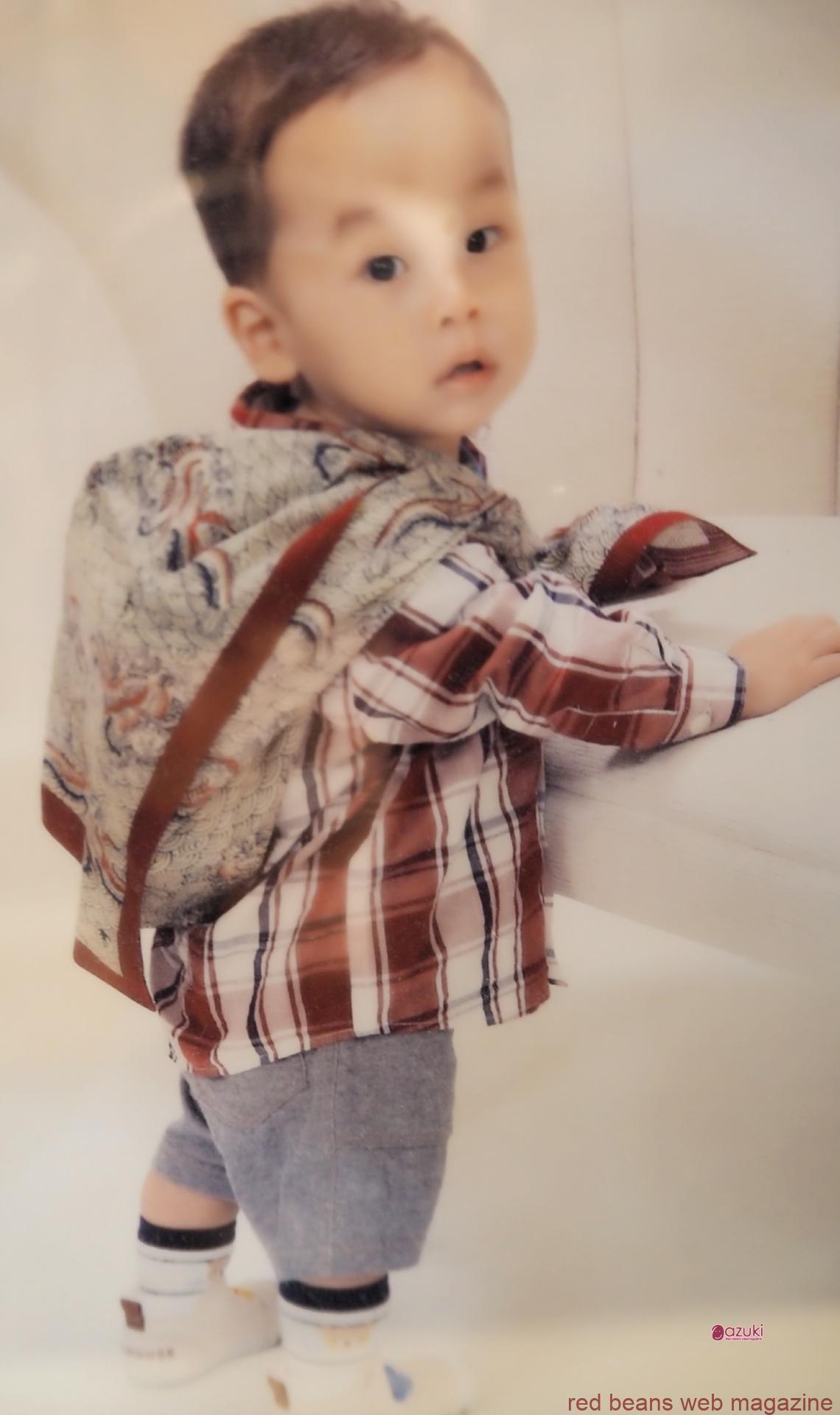 1歳のおいわいのとき、一升餅を背負っているお子さんの姿。