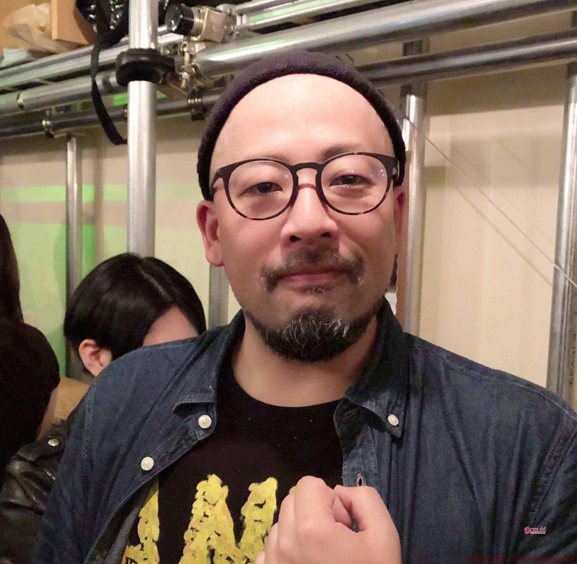 松崎さん。提供してくださるご当主さんたちも撮影に応じてくださります。有名店の店主さんなので、日ごろお目にかかれない方とお写真タイムなんて、よりいっそう和みますね。