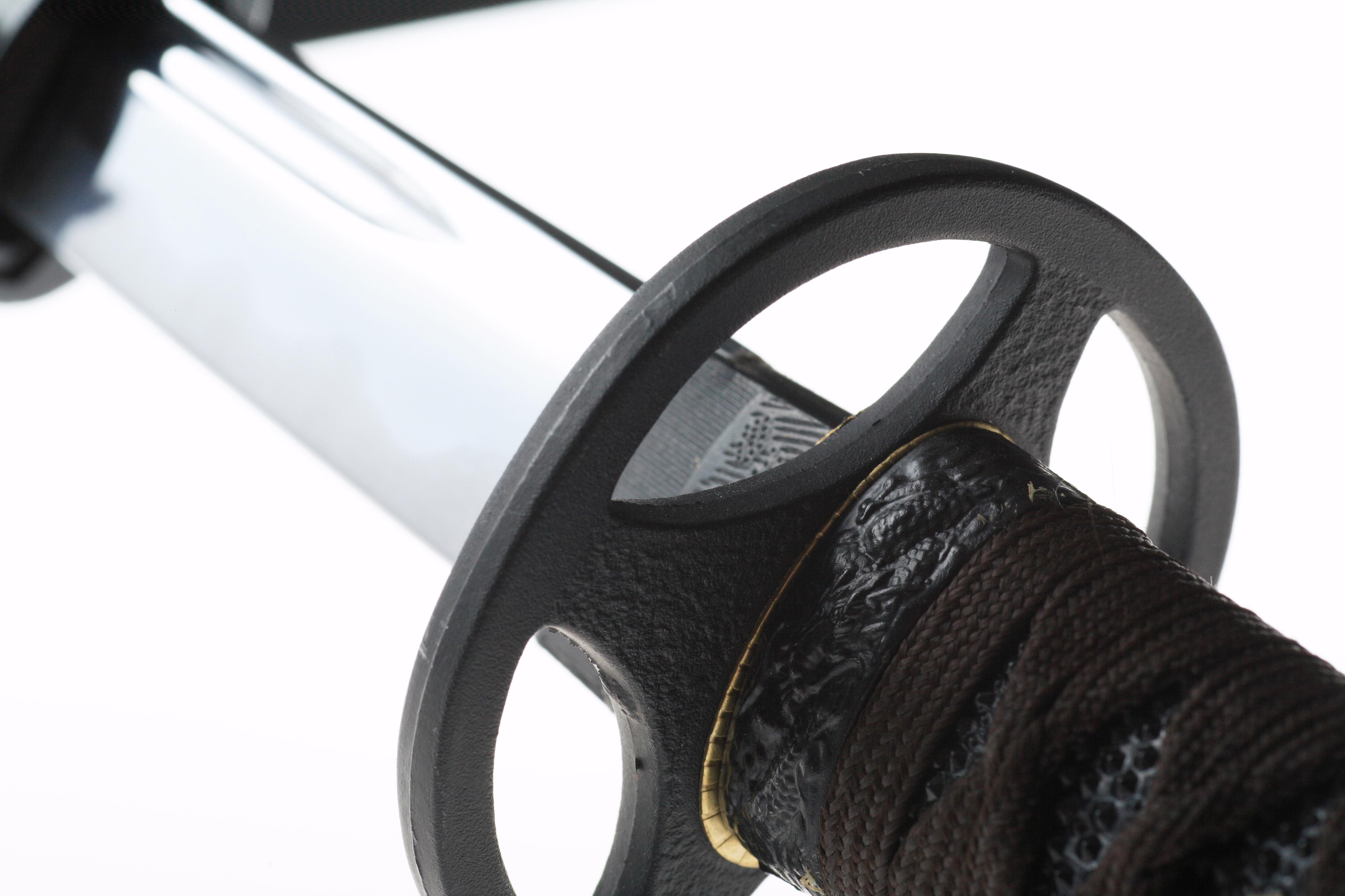 ※鍔(つば)は、刃と柄の間にある、丸い部分です。