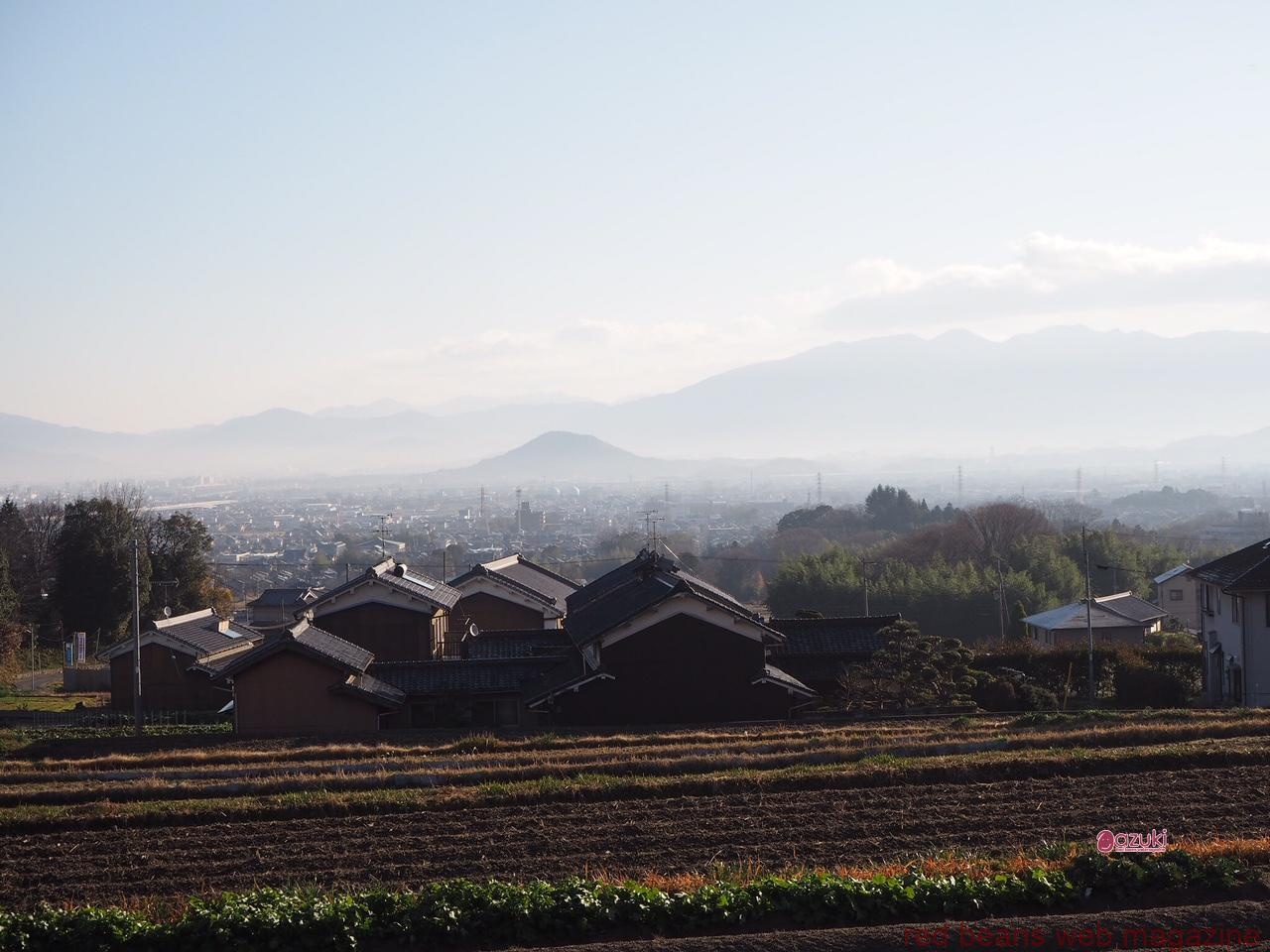 古事記の舞台、大和三山を葛城の里からみおろす風景。