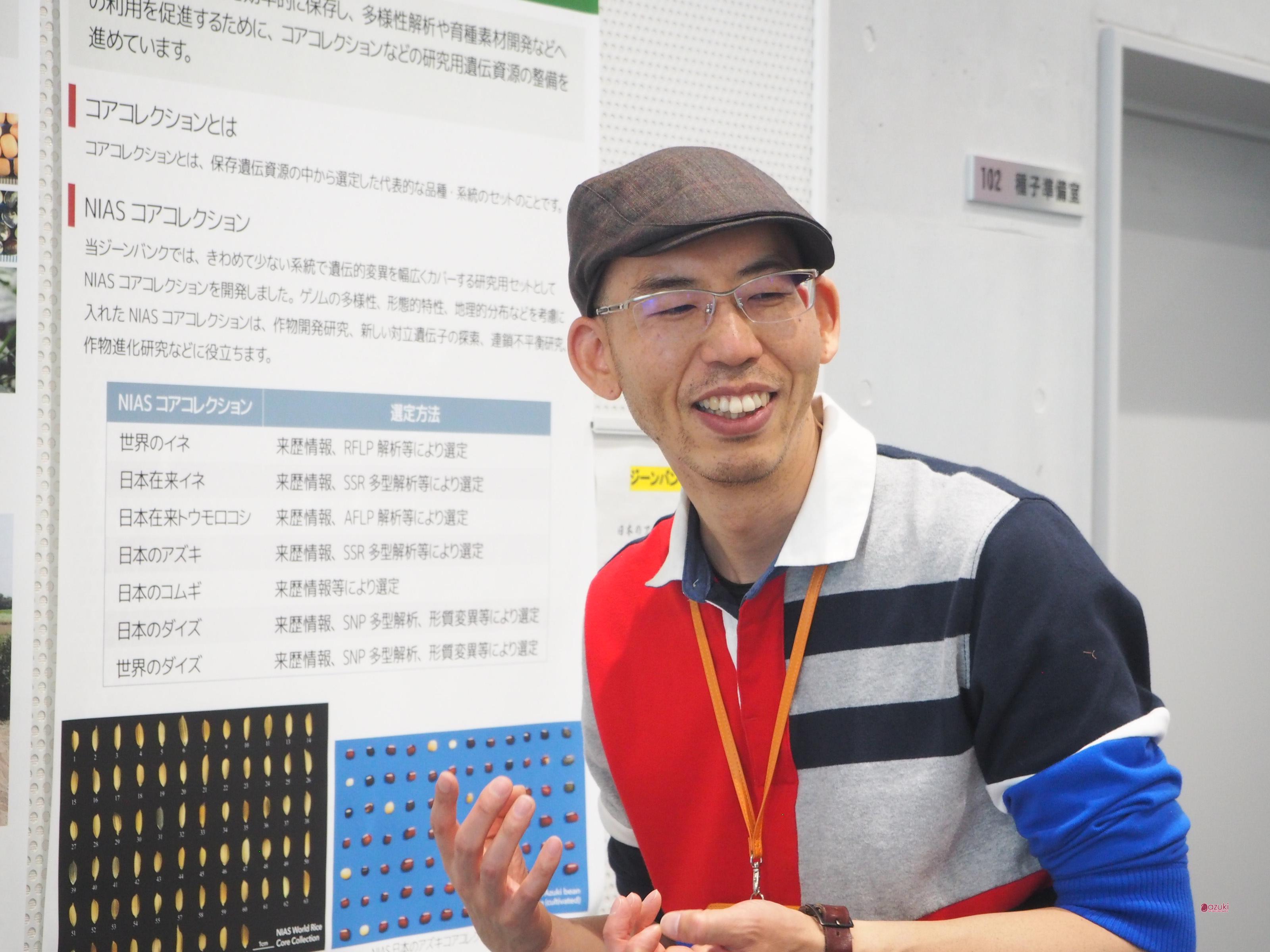 アズキコレクション展示の前でお話しくださる、内藤健さん